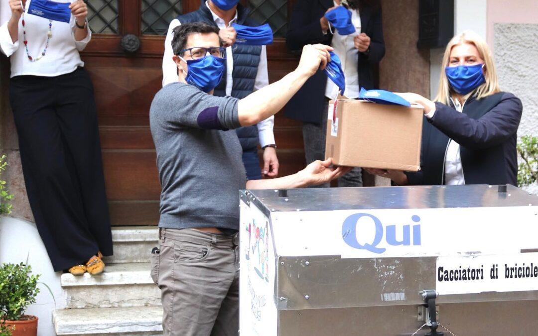 Spende von Masken an Volontarius und Vinzimarkt